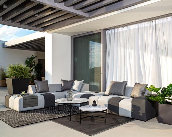 Canapé d'angle moderne sur terrasse